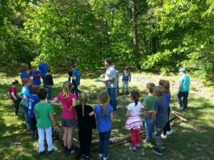 Uitleg over een spel tijdens de jaarlijkse bosdag